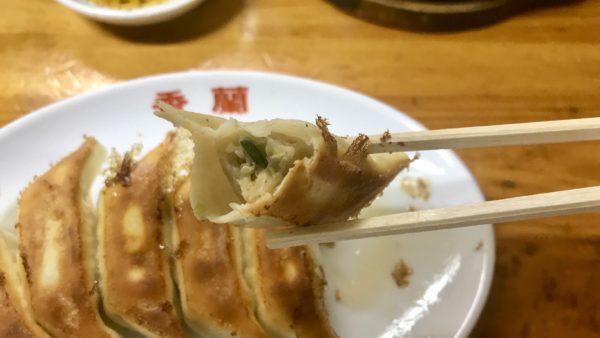焼き餃子を食べる