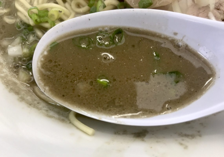 三和中華ソバ店のセメント系煮干しスープ