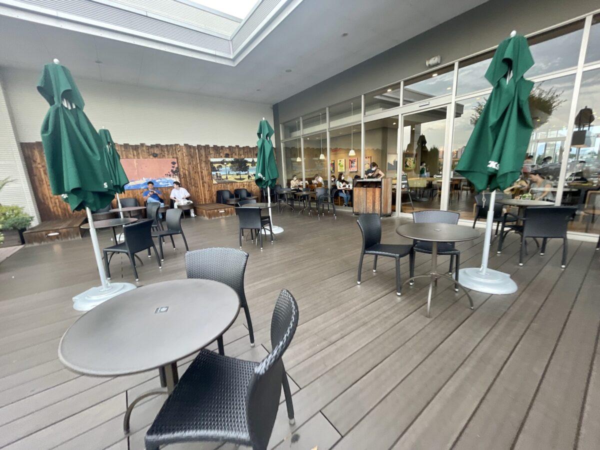 スターバックスコーヒー宇都宮インターパークステージ店のウッドデッキ